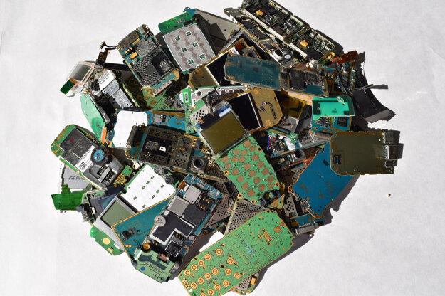 Dosky plošných spojov z vyradených tlačidlových mobilných telefónov, z ktorých možno získať kovy ako zlato, meď, cín a podobne.
