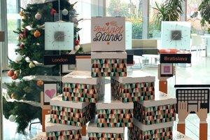 Krabičky plné darčekov pre lepši svet do Vianoc
