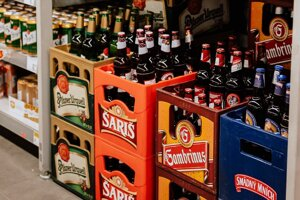 Slováci čoraz viac nakupujú pivo vo vratných fľašiach. Je za tým nostalgia, štýl, no najmä ekológia.