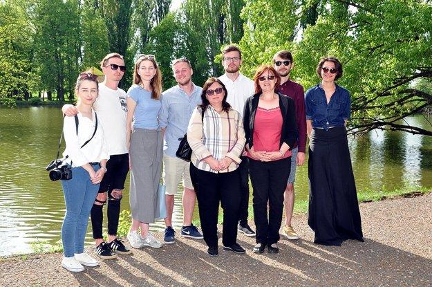 Študenti FZKI - autori vodnej inštalácie, s pedagógmi a zástupcami sponzorov