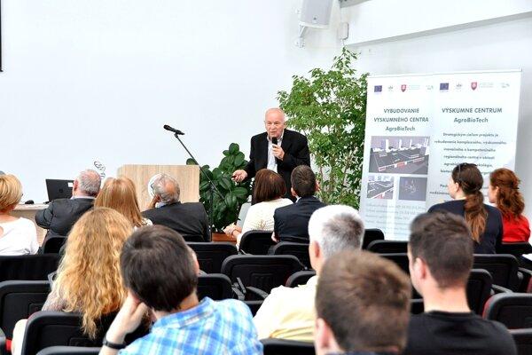 """""""DNa je príbeh bez hraníc"""", pripomenul vo svojom vystúpení profesor Milan Bežo zo Slovenskej poľnohospodárskej univerzity v Nitre"""