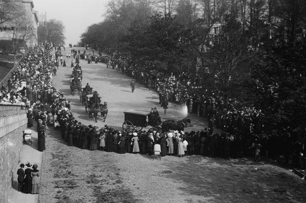 John Jacob Astor zomrel pri potopení Titanicu a na jeho pohreb prišlo množstvo ľudí.