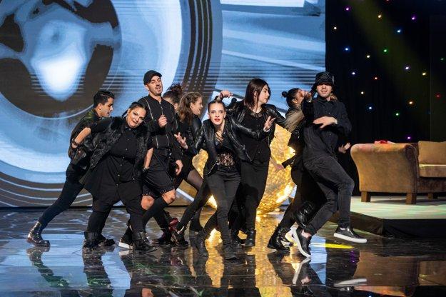 Tanečné dynamické vystúpenie si pripravili aj domováci zozbierané z viacerých kútov Slovenska.
