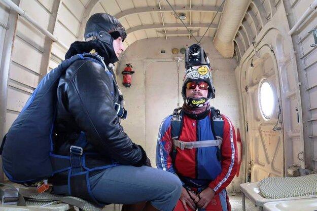 Exkluzívny záber z lietadla – kaskadéri sa pripravujú na výskok