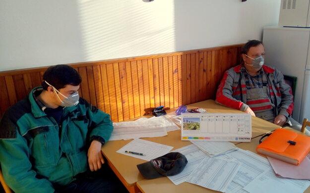 Pracovníci spoločnosti družstiev patriacich pod spoločnosť Sanagro na rannej porade.