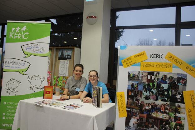 Dobrovoľníci prezentujú aktivity KERICu na Burze stredných škôl.