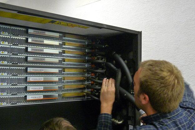 Prvý slovenský superpočítač Aurel na pôde Slovenskej akadémie vied pomáha vedcom aj dnes v boji s celosvetovou pandémiou.