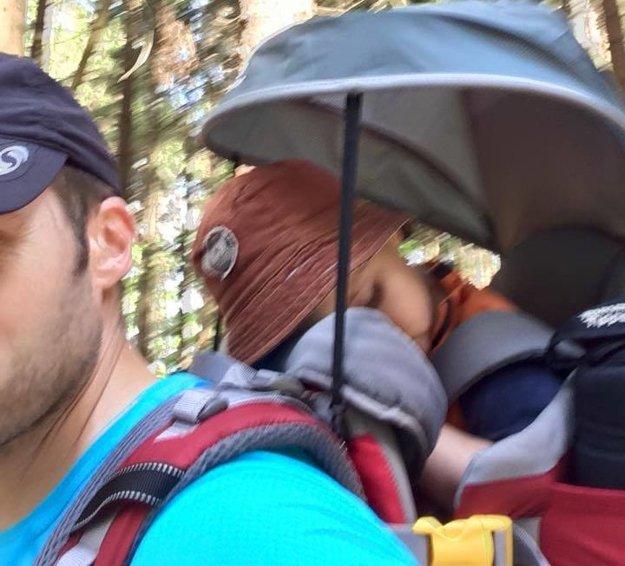 Strieška na nosiči chráni dieťa pred pávilvými slnečnými lúčmi
