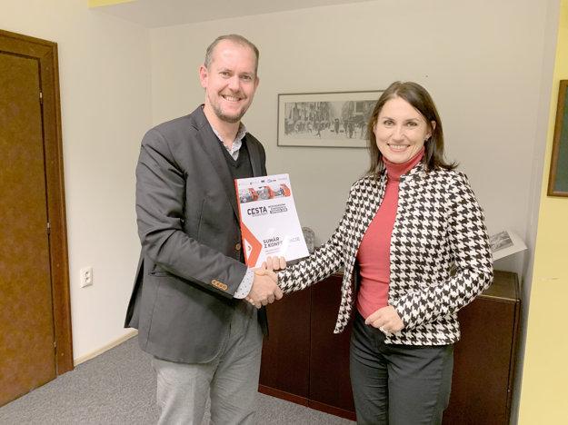 Člen predstavenstva vydavateľstva Petit Press Milan Mokráň odovzdal štátnej tajomníčke Ladislave Cengelovej materiál s výstupmi z konferencie DOPRAVA 2018 – Cesta do budúcnosti.