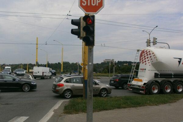 Svetelná signalizácia križovatky Arm. Gen. Svobodu – Rusínska počas dopravnej špičky.