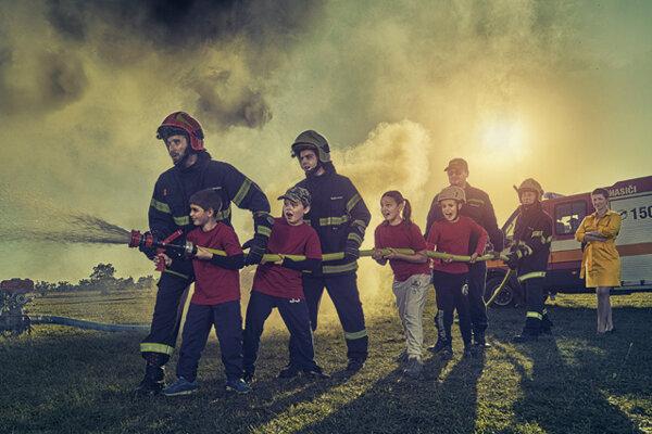 Autorom fotografie je Martin Fridner - renomovaný slovenský reklamný fotograf. Fotenie sa uskutočnilo na tréningovom ihrisku hasičov v obci Veľký Grob v septembri 2019.