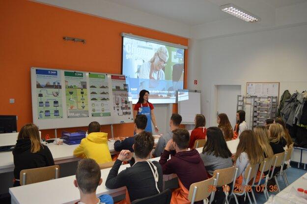 Študenti sa učia v moderných priestoroch, ktoré zodpovedajú trendom 21. storočia.