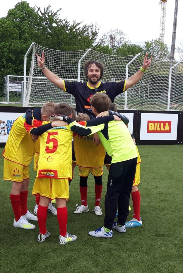 """Moderátor Tomáš """"Tomaggio"""" Kadlec je ambasádorom výzvy, v ktorej futbalové tímy predvedú svoj pokrik."""