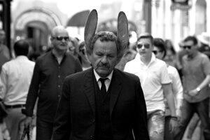 Muž so zajačími ušami Miroslav Krobot