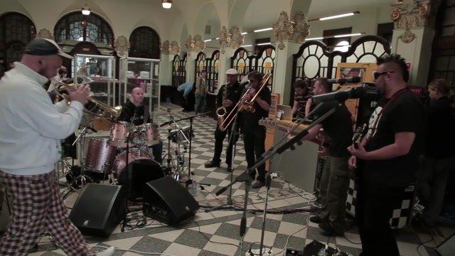 Hudba mesta je späť! Polemic zahral svoj nový hit na Hlavnej pošte