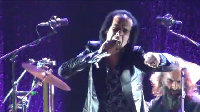 Nick Cave stál fanúšikom na ramenách, hudbou vyvolal šialenstvo