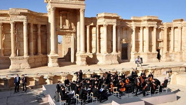 Ruský symfonický orchester zahral v troskách sýrskej Palmýry