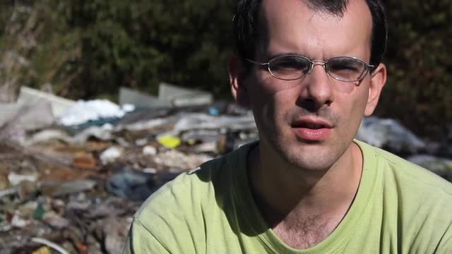 Nechcel sa za nás hanbiť, začal zbierať odpadky