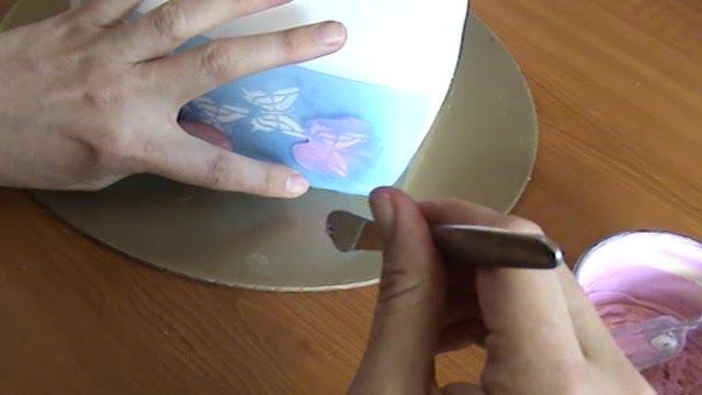 Torty pre začiatočníkov: Technika stencils a farbenie cez šablónu