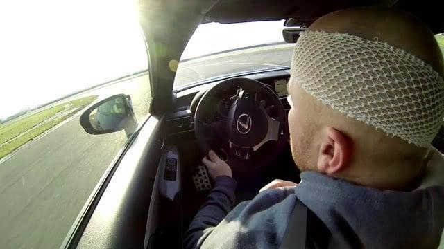 Šoférovali sme Lexus RCF bez pravej nohy, ruky aj oka