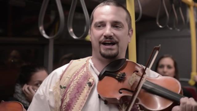 V nočnom autobuse na Mlyny študentom hrala ľudová kapela