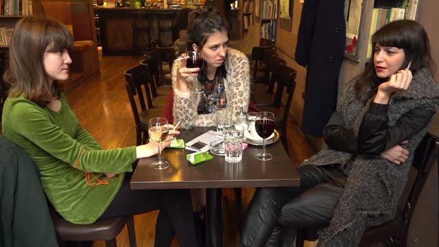 Čo preberajú ženy na víne? Chlapov, menštruáciu a biologické hodiny.