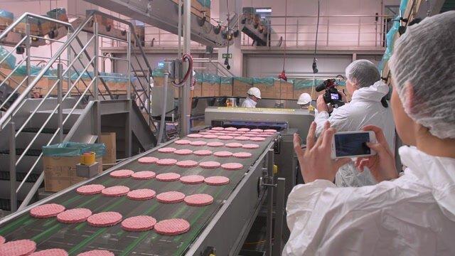Pravda o mäse v burgroch z McDonald's. Z českých fariem do poľských závodov