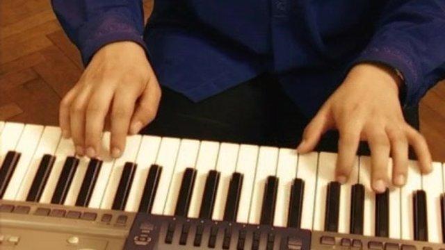 Ako sa hrajú akordické značky a Love me tender oboma rukami