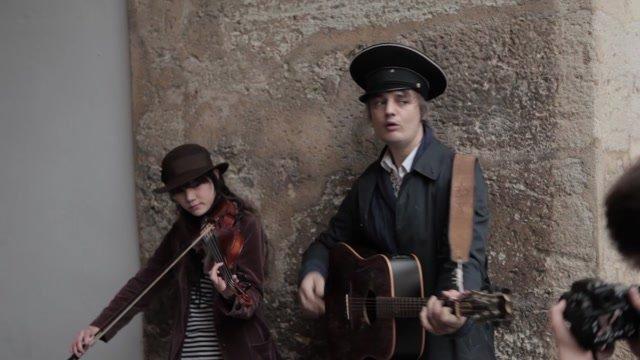Rebel Doherty zahral nečakane pod Michalskou bránou
