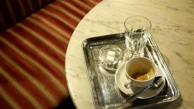 danubeStory: V známej Viedenskej kaviarni predávali kávu za obrazy