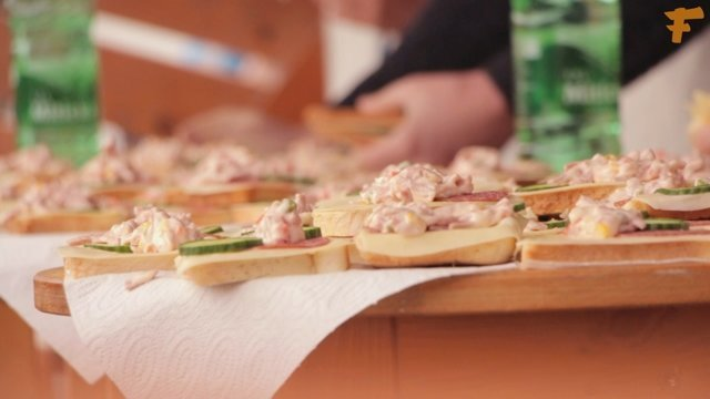 Na Miletičke sa súťažilo v jedení obložených chlebíčkov, tak som to musel vyskúšať