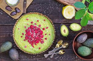 Avokádová raw torta s ovocím